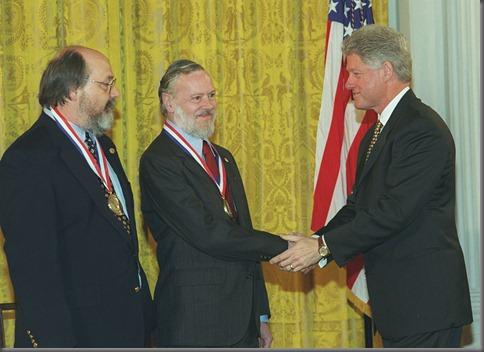 Dennis Ritchie (centro) recibiendo junto a Ken Thompson (izquierda) la Medalla Nacional de Tecnología de EE. UU. en 1999