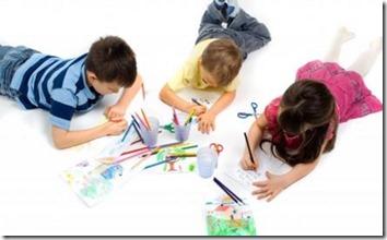 niños-pintando-arboles-navideños